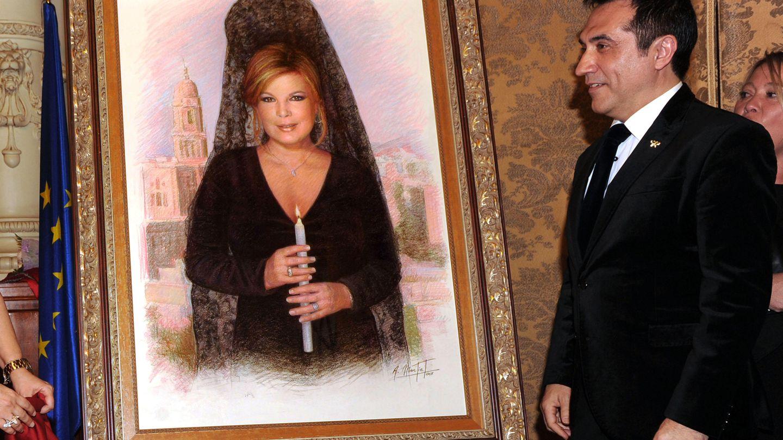 Antonio Montiel, junto a otra de sus obras sobre la Semana Santa: un retrato de Terelu Campos con mantilla. (EFE)