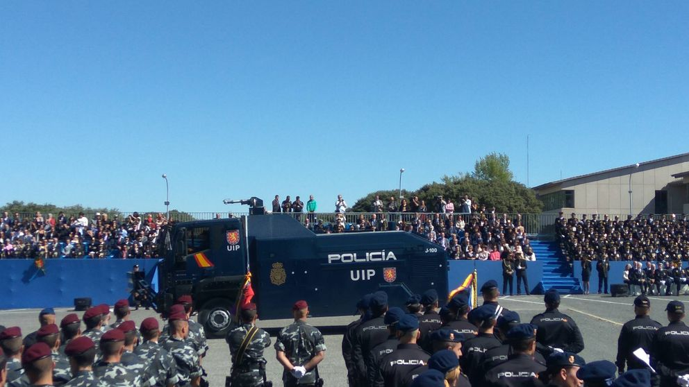 El nuevo camión con cañón de agua de la Policía termina decorando desfiles