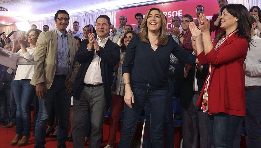 Foto: Susana Díaz, este 23 de abril en Ciudad Real, junto al presidente de la Diputación, Josele Caballero, y el presidente manchego, Emiliano García-Page. (EFE)