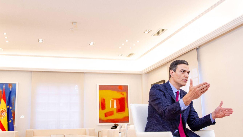 Foto: El presidente del Gobierno, Pedro Sánchez, durante su entrevista con El Confidencial, este 5 de abril en el Salón Tàpies de la Moncloa. (Jorge Álvaro Manzano)