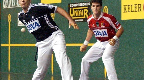 Foto: El pelotari Mikel Goñi (i), en un partido en su etapa profesional. (EC)