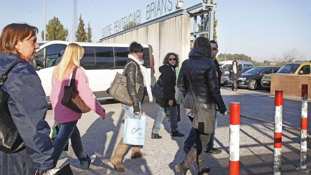 Foto: Decenas de funcionarios de la prisión de Can Brians I y II en una imagen de archivo. (EFE)