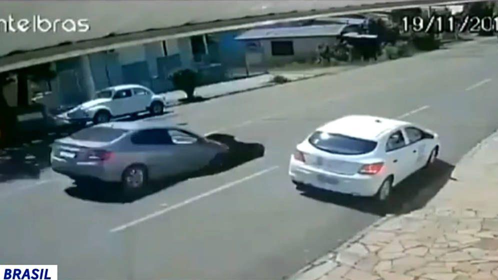 Foto: El coche entró completamente en el socavón que había dejado el camión a su paso (Foto: Youtube)