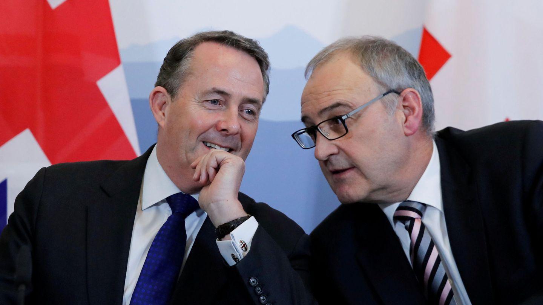 Liam Fox, secretario de Estado de Comercio Internacional de Reino Unido (izquierda), charla con Guy Parmelin, ministro de Economía suizo. (Reuters)