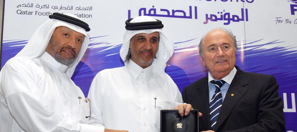 Foto: Joseph Blatter, junto a Sheikh Hamad bin Khalifa Al-Thani, Presidente de la Asociación de Fútbol de Qatar, y Mohammed bin Hammam, presidente de la Confederación