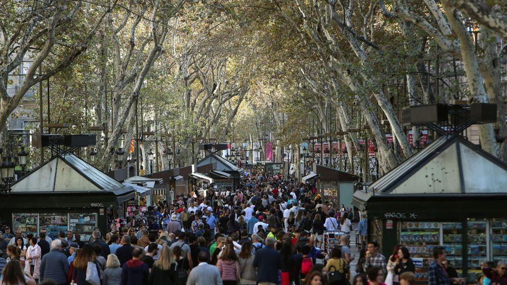 Foto: Imagen de las Ramblas de Barcelona abarrotadas de viandantes (Efe)