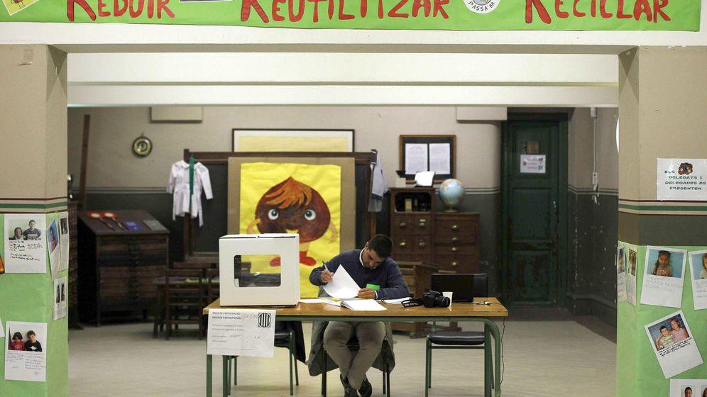 Foto: Un voluntario cubre el acta en uno de los puntos de votaciones en el proceso participativo del 9-N. (EFE)