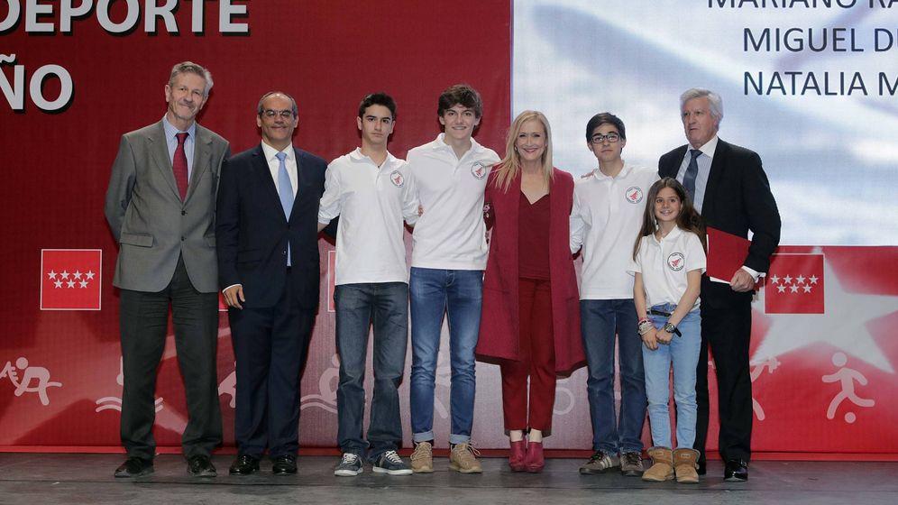 Foto: El hijo de Mariano Rajoy, a la derecha de la presidenta de la Comunidad de Madrid, Cristina Cifuentes. (D.Sinova / Comunidad de Madrid)