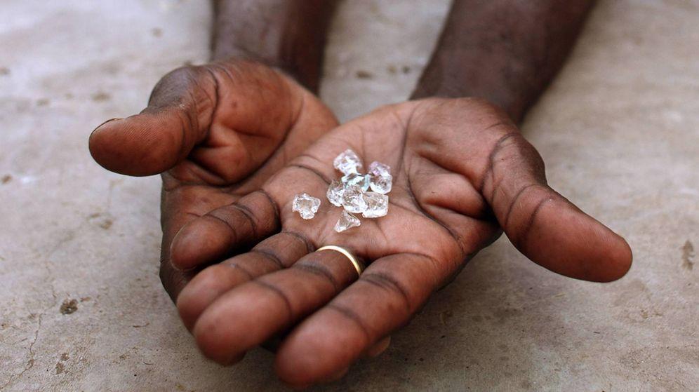 Foto: Un comerciante de diamantes ilegales en Zimbabue. (Reuters)