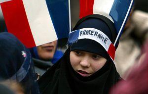 El informe explosivo para Francia: libertad para el velo y árabe obligatorio en la escuela