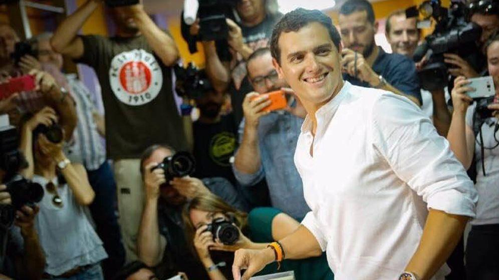 Foto: Rivera votando en el colegio Santa María de L'Hospitalet de Llobregat. (Paloma Esteban)