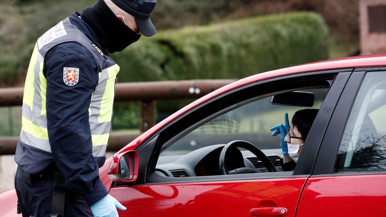 Foto: Control de la Policía en el acceso a Navarra desde Francia durante el estado de alarma (EFE)