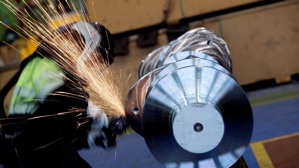 Foto: Un operario de Sidenor en la fábrica de Reinosa (Efe)