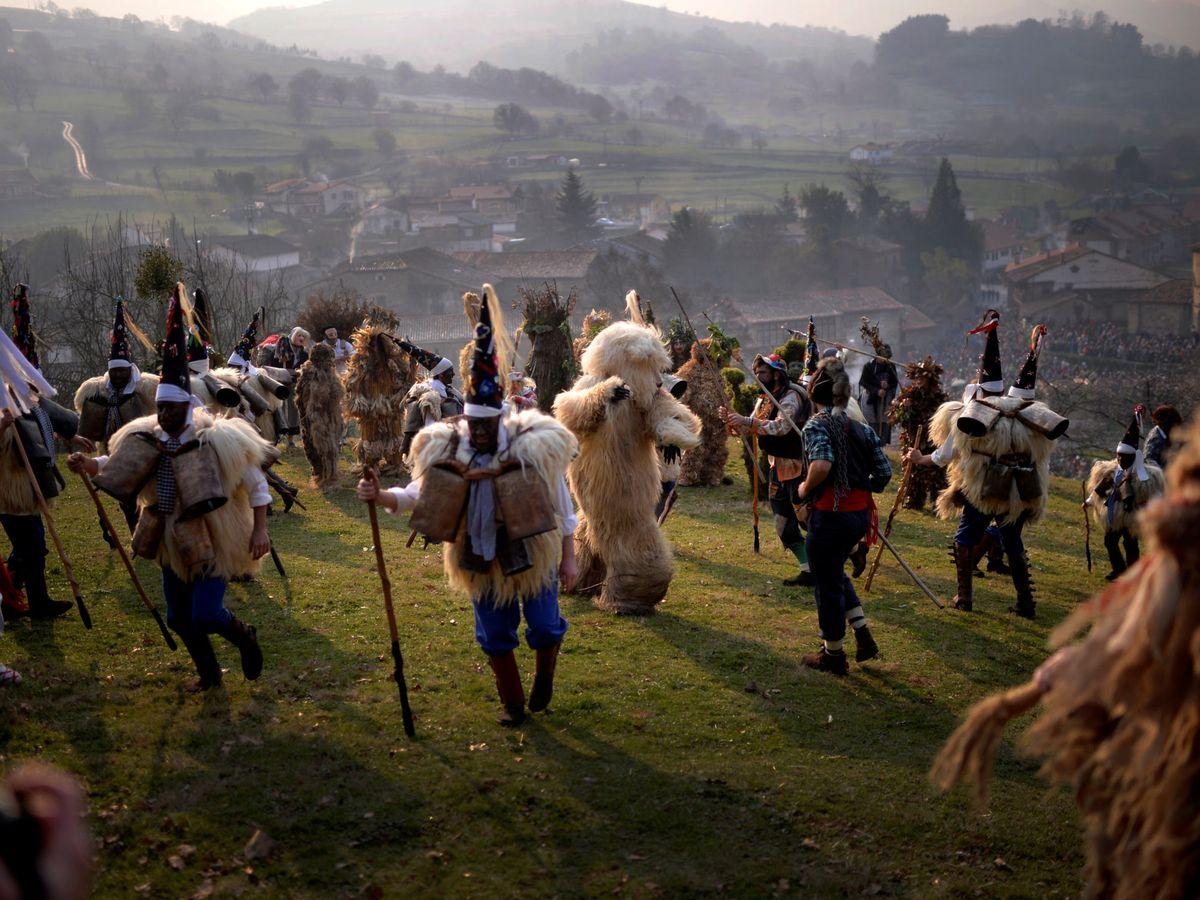 Foto: Celebración de La vijaneira de Silió, en Cantabria. Fuente: EFE