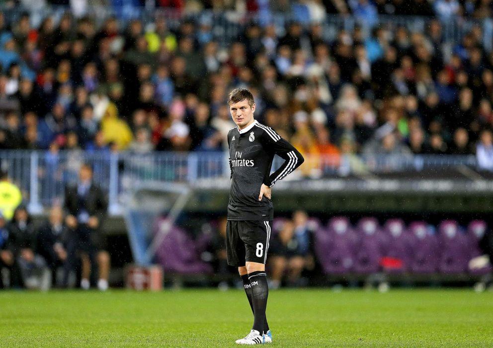 Foto: Toni Kroos con los brazos en jarra durante la visita del Real Madrid a La Rosaleda.