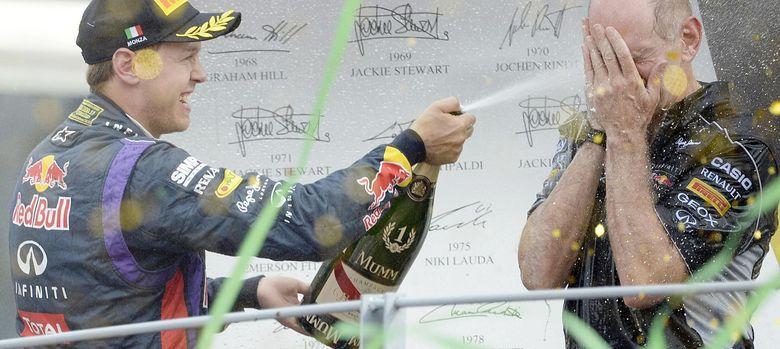 Foto: Adrian Newey en el podio de Monza junto a Sebastian Vettel.