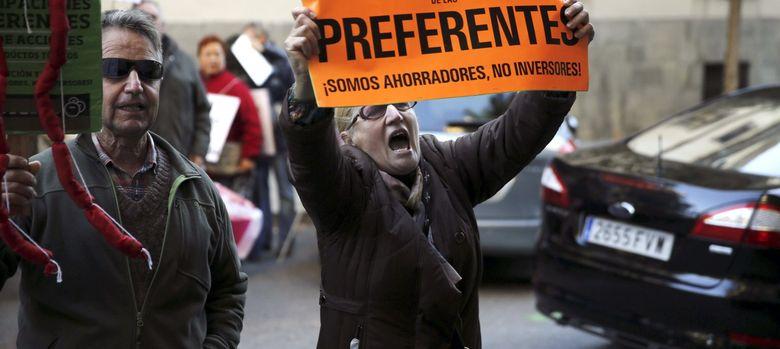 Foto: Un grupo de afectados por las participaciones preferentes. (EFE)