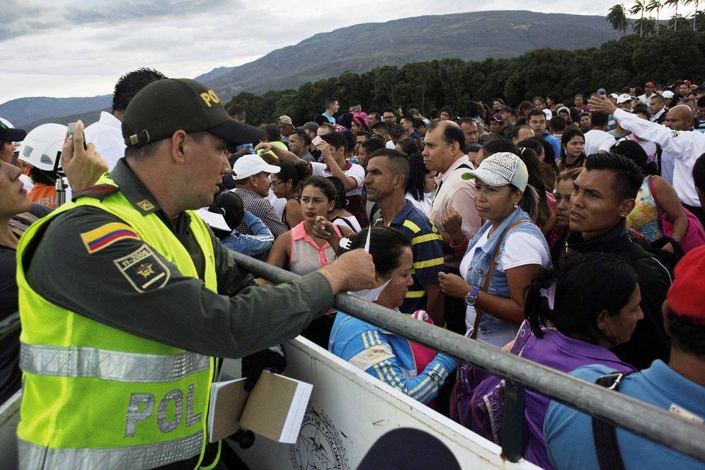Foto: Un agente de fronteras colombiano habla con venezolanos que intentan entrar en Colombia, en Cucuta, el 13 de agosto de 2016 (Reuters).