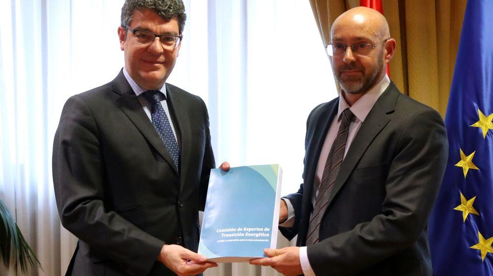 Foto: El ministro de Energía, Álvaro Nadal (i), recibe el informe sobre los distintos escenarios de la transición energética elaborado por el comité de expertos de la mano del presidente de dicho comité, Jorge Sanz. (EFE)