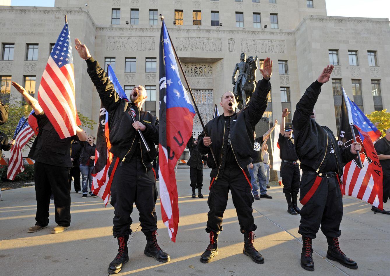 Foto: Miembros del movimiento Salute durante un acto neonazi ante los juzgados de Jackson County, en Kansas City (Reuters).