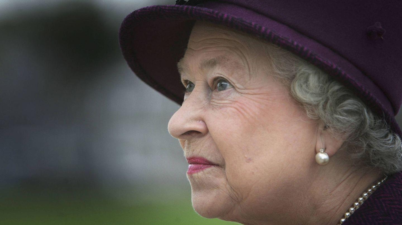 La reina Isabel visita un hospital de Escocia en 2005. (Getty)