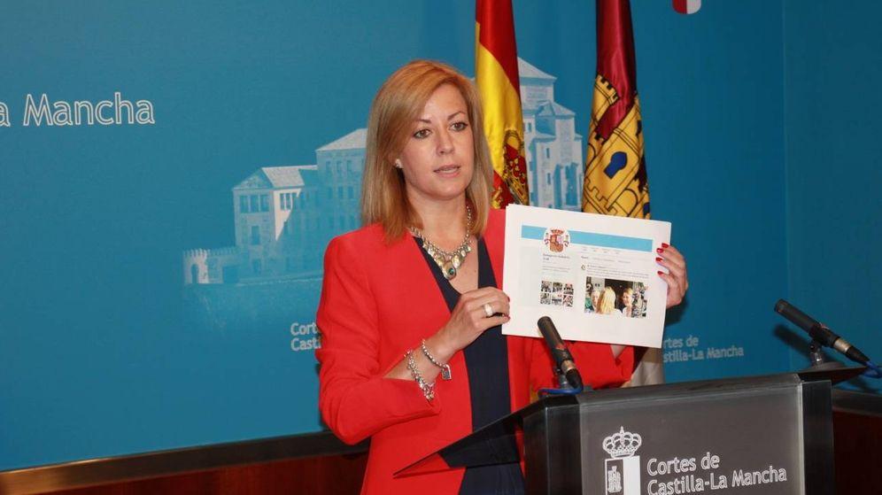 Foto: Ana Isabel Abengózar muestra una captura del retuit de la Delegación del Gobierno | PSOE