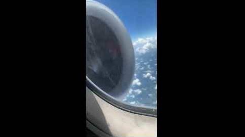Un hombre graba la avería del motor del avión en pleno vuelo