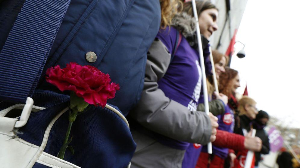 Foto: Un grupo de trabajadoras se concentra a la puerta de las instalaciones de Metro de Madrid. (EFE)