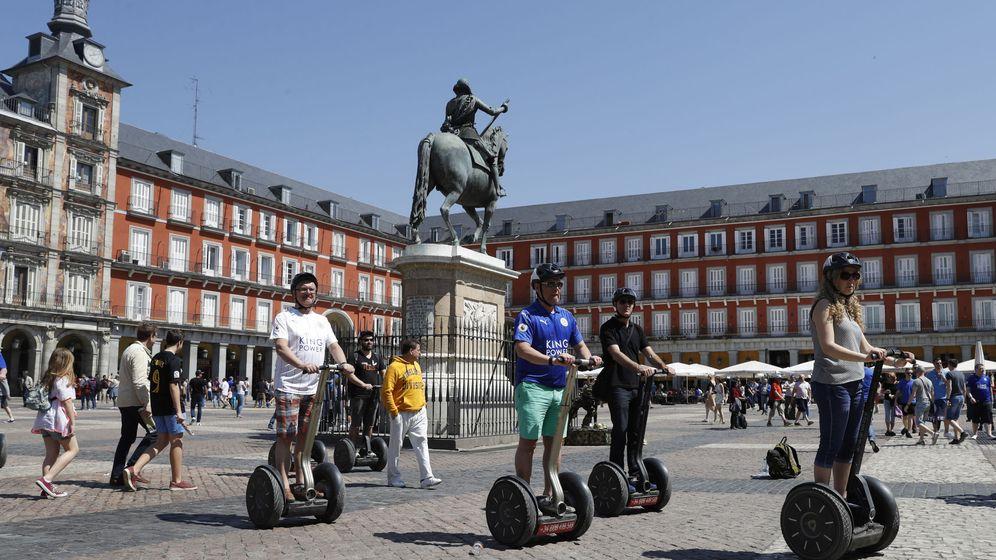Foto: Varios turistas se desplazan por la Plaza Mayor en un vehículo tipo 'segway'. (Reuters)