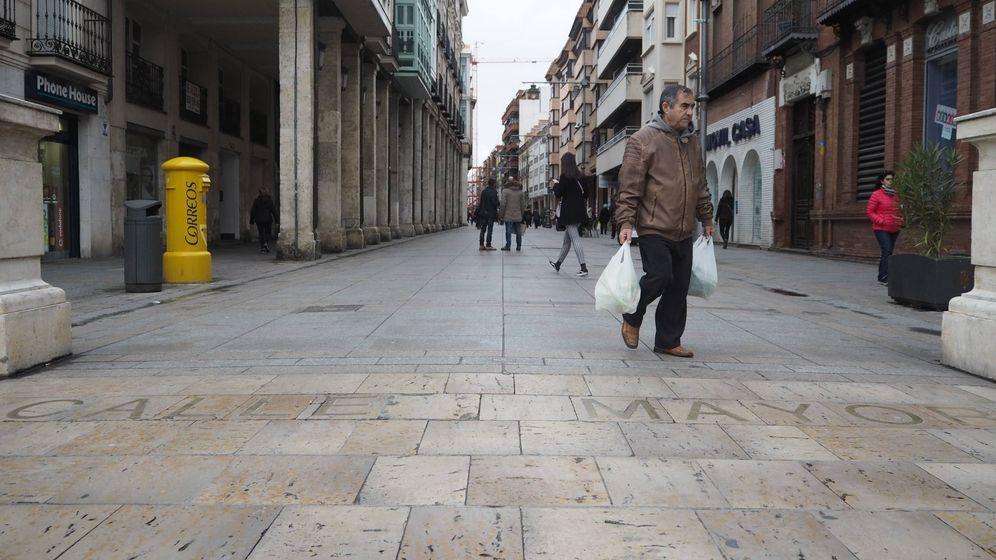 Foto: Un hombre vuelve de compras en la Calle Mayor de Palencia. (Foto: Héctor G. Barnés)