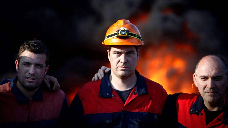 Varios de los trabajadores de la fábrica de Alcoa en A Coruña. (EFE)