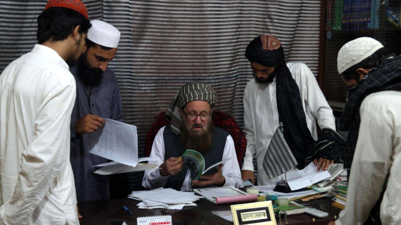 El maulana Sami ul Haq enseña un libro a unos estudiantes en la madrasa Darul Uloom Haqqania, bautizada como la 'universidad de la yihad' de los talibanes. (EFE)