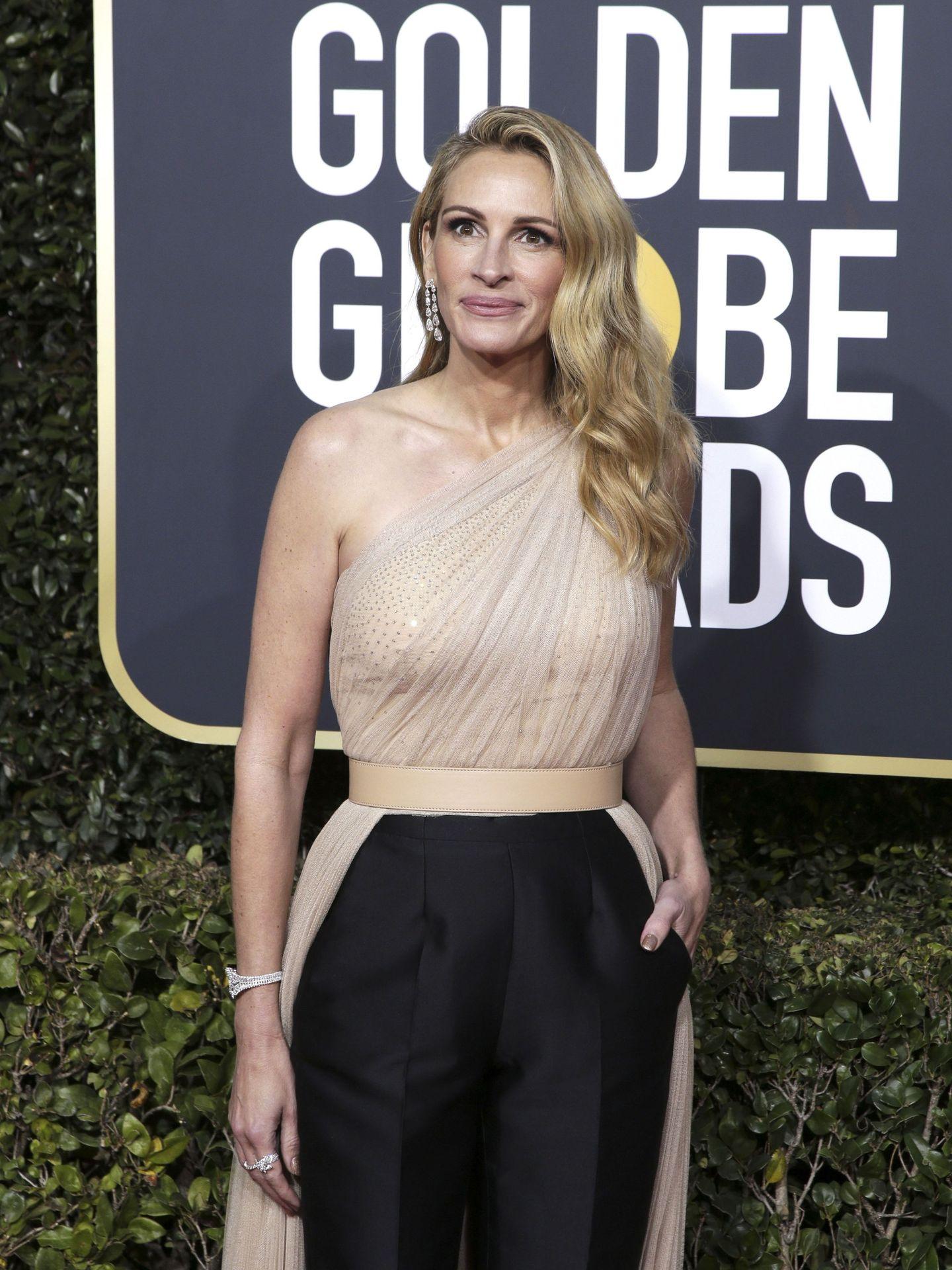 Este look que Julia Roberts llevó en los Globos de Oro de este año pasará a la historia como uno de los mejores en estos premios.