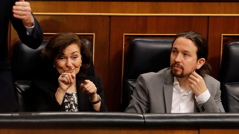 La vicepresidenta primera, Carmen Calvo (i), y el vicepresidente segundo, Pablo Iglesias (d). (EFE)