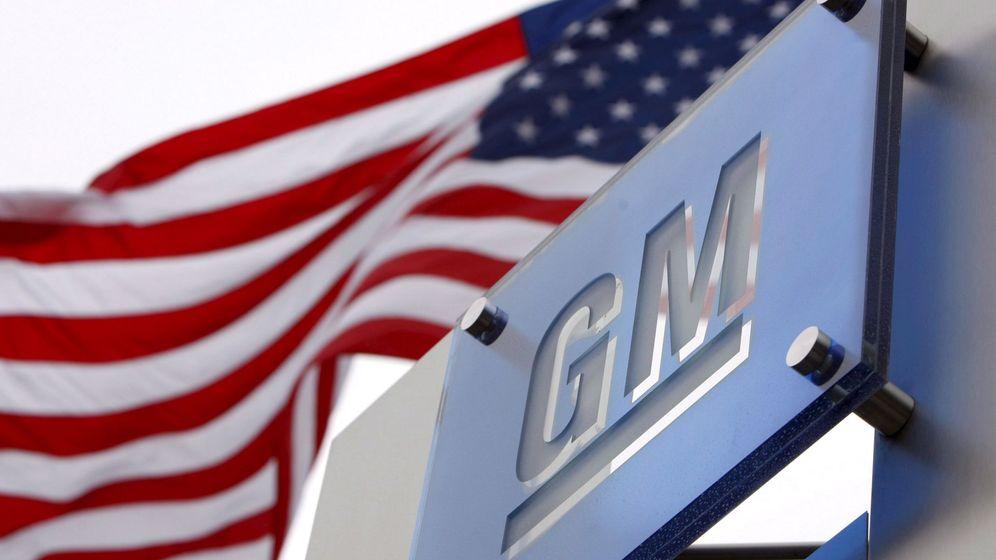 Foto: Una bandera de Estados Unidos ondea en la sede mundial de General Motors en Detroit. (EFE)