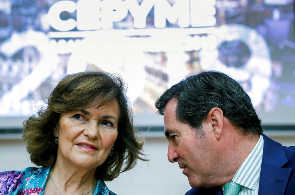 Foto: Carmen Calvo conversa con el presidente de la CEOE, Antonio Garamendi, el pasado 9 de julio en Madrid. (EFE)