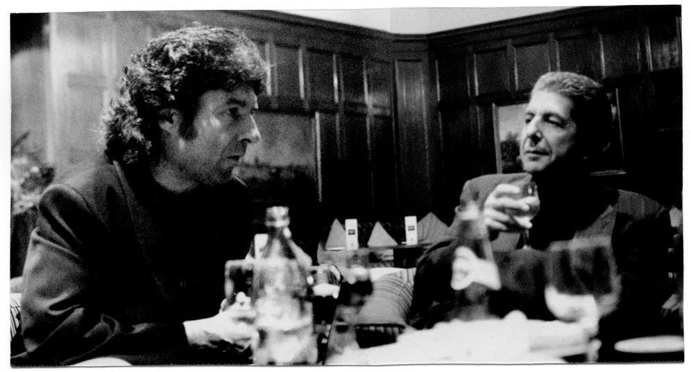 Foto: Enrique Morente y Leonard Cohen en el bar del Hptel Palace (Efe)