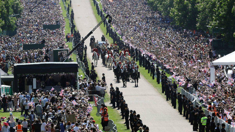 Vista aérea del desfile de los novios por el pueblo de Windsor. (Getty)