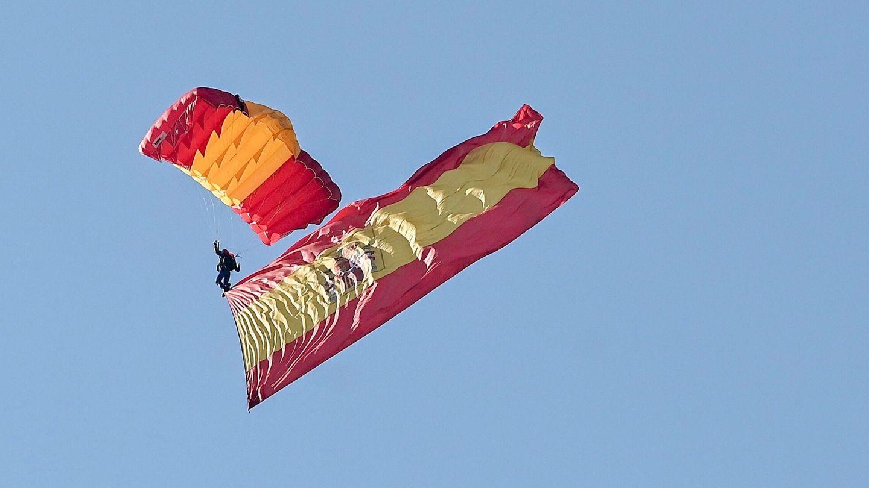 Un paracaidista de la Patrulla Acrobática de Paracaidismo del Ejército del Aire (PAPEA). (EFE)