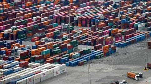 El déficit comercial cae un 54,6%, con 9.616 M, tras un desplome de las exportaciones