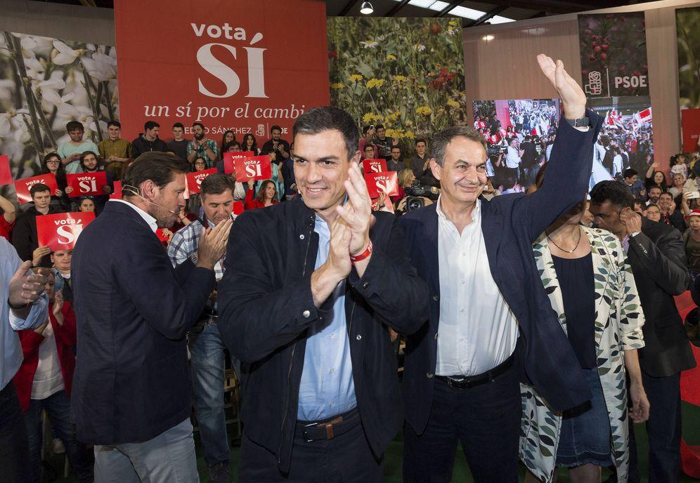 Foto: Pedro Sánchez y el expresidente del Gobierno José Luis Rodríguez Zapatero, este 17 de junio en el mitin en el polideportivo La Victoria de Valladolid. (EFE)