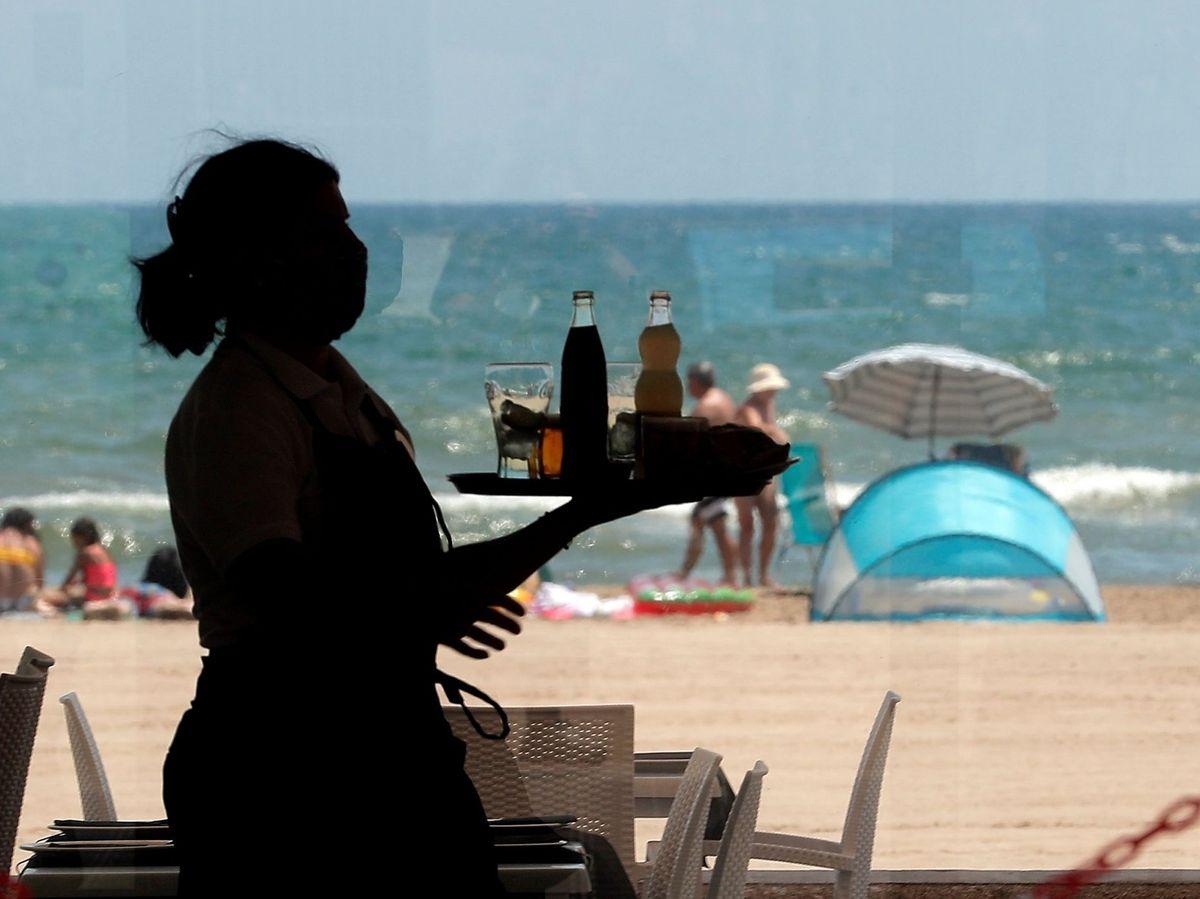 Foto: Camarera en una playa de Valencia. (EFE)