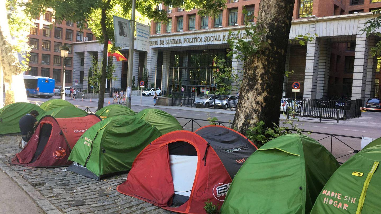 Acampada de protesta política ante la sede del Ministro de Sanidad contra el sinhogarismo. (M. García)