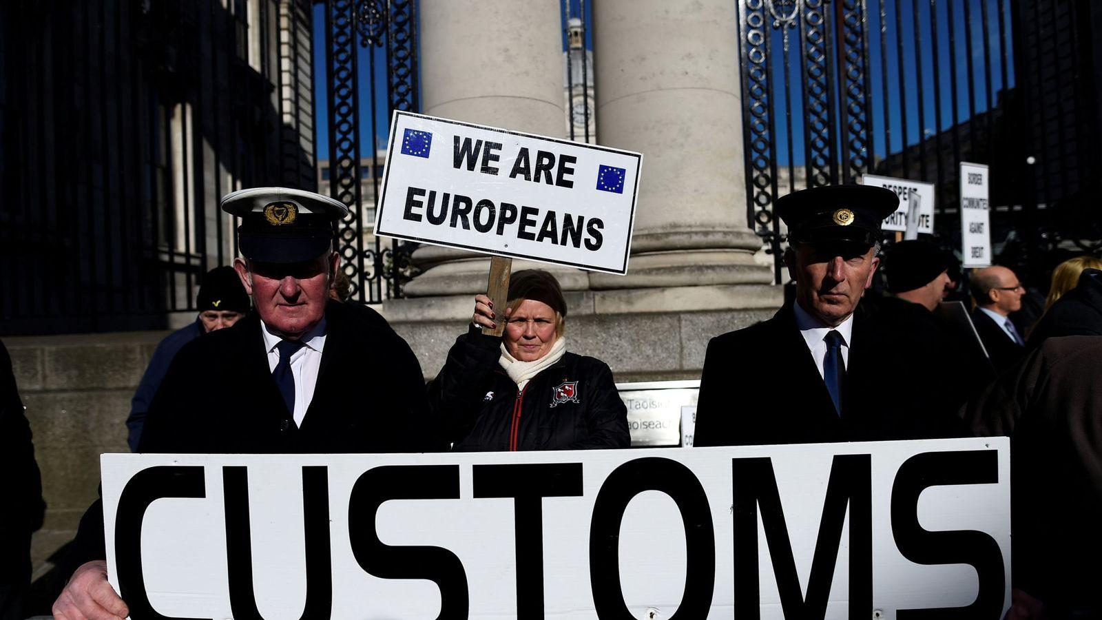 Foto: Miembros de una campaña anti-Brexit protestan en Dublín por los problemas en las aduanas, el 25 de abril de 2017. (Reuters)