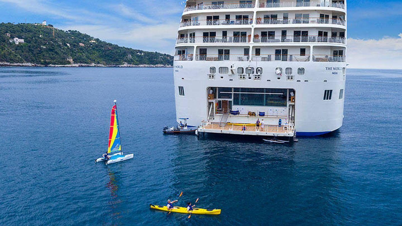 Los pasajeros pueden disfrutar de actividades acuáticas. (The World)