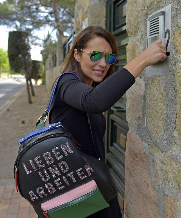 Foto: Paula Echevarría a las puertas de su casa. (Gtres)