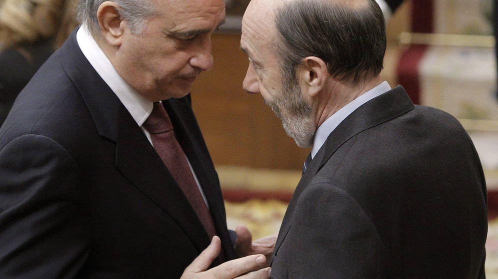 Foto: Los exministros del Interior Jorge Fernández Díaz (i) y Alfredo Pérez Rubalcaba. (EFE)