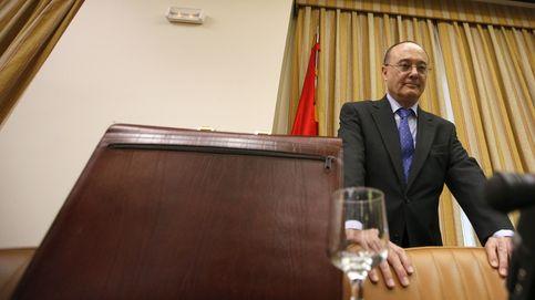 El BdE agita la pócima de las fusiones para evitar la liquidación de bancos en España