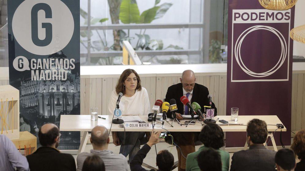 Foto: La portavoz de Ganemos Madrid, Celia Mayer, ahora concejala de Cultura, junto al secretario general de Podemos Madrid, Jesús Montero, durante el anuncio del acuerdo electoral en enero de 2015. (EFE)
