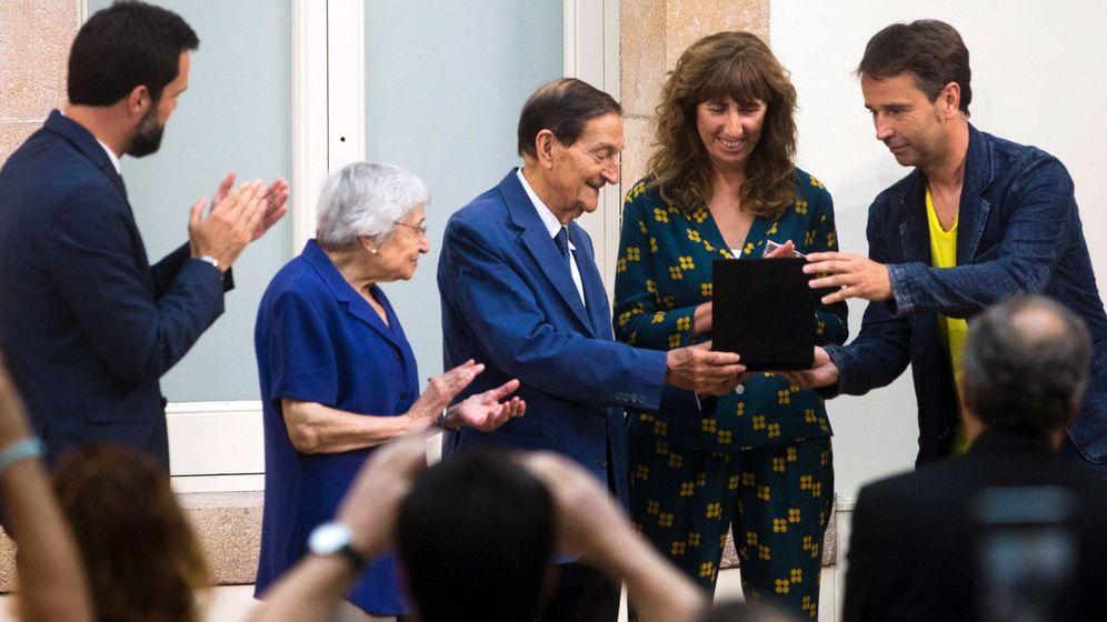 Foto: El presidente del parlamento de Cataluña, Roger Torrent, entrega la medalla de Honor a la Asociación de Maestros Rosa Sensat. (EFE)